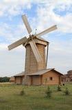 Molino de viento. Reserva histórica y arquitectónica del estado búlgaro. Imagen de archivo libre de regalías