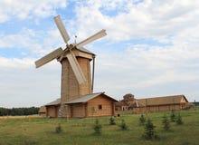 Molino de viento. Reserva histórica y arquitectónica del estado búlgaro. Fotografía de archivo libre de regalías