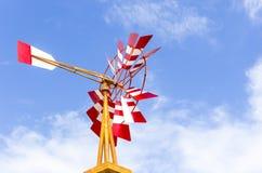 Molino de viento rojo y blanco Fotos de archivo libres de regalías
