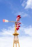 Molino de viento rojo y blanco Fotos de archivo