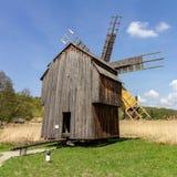 Molino de viento rumano histórico cerca de Sibiu fotos de archivo libres de regalías