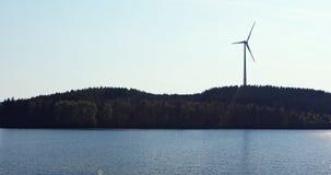 Molino de viento sobre el lago almacen de metraje de vídeo