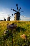 Molino de viento tradicional en el campo Fotos de archivo