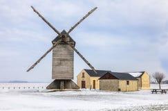 Molino de viento tradicional en invierno Fotos de archivo
