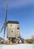 Molino de viento tradicional en invierno Fotos de archivo libres de regalías