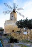 Molino de viento tradicional viejo en Malta Ahora un attr turístico importante foto de archivo