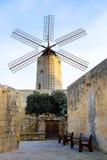 Molino de viento tradicional viejo en Malta Ahora un attr turístico importante imagenes de archivo
