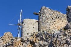 Molino de viento tradicional viejo en montaña Crete, Grecia fotografía de archivo libre de regalías