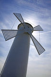 Molino de viento viejo blanco del faro en Swinoujscie, Polonia Fotos de archivo