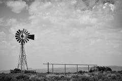 Molino de viento viejo blanco y negro Imagen de archivo