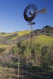 Molino de viento viejo, camino de Canada del La en primavera, cerca de Ventura, California, los E.E.U.U. Imágenes de archivo libres de regalías