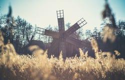 Molino de viento viejo cerca de Sibiu, Transilvania, Rumania fotos de archivo