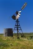 Molino de viento viejo con el tanque de agua Imagen de archivo