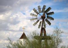 Molino de viento viejo de la granja foto de archivo libre de regalías
