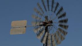 Molino de viento viejo en Alice Springs, Australia almacen de metraje de vídeo