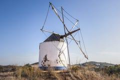 Molino de viento viejo en el Algarve, Portugal imagen de archivo