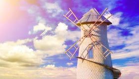 Molino de viento viejo en el cielo nublado Imagen de archivo