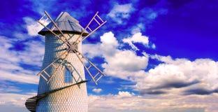 Molino de viento viejo en el fondo de un cielo nublado Imágenes de archivo libres de regalías