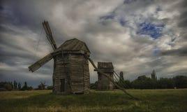 Molino de viento viejo en el fondo de un cielo nublado Fotografía de archivo libre de regalías