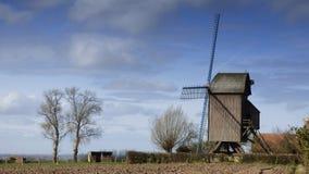 Molino de viento viejo en el pitgam, Francia imágenes de archivo libres de regalías