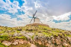 Molino de viento viejo en la colina Foto de archivo libre de regalías
