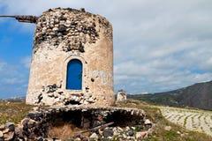 Molino de viento viejo en la isla de Santorini, Grecia Foto de archivo