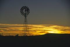 Molino de viento viejo en la puesta del sol Fotografía de archivo libre de regalías