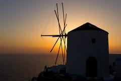 Molino de viento viejo en la puesta del sol, Santorini Imagenes de archivo