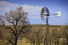 Molino de viento viejo en los llanos de Colorado Imagen de archivo libre de regalías