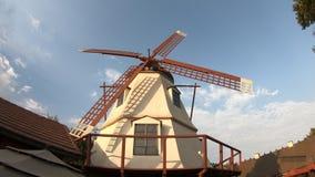 Molino de viento viejo en Solvang almacen de metraje de vídeo