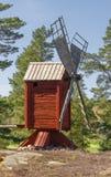 Molino de viento viejo en una pequeña colina Fotos de archivo