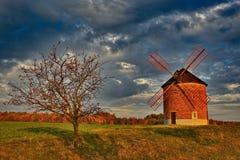 Molino de viento viejo hermoso Foto del paisaje con arquitectura en la hora de oro de la puesta del sol Chvalkovice - República C fotografía de archivo
