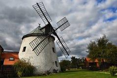 Molino de viento viejo - República Checa Europa Casa tradicional vieja hermosa del molino con un jardín Lesna - República Checa fotos de archivo