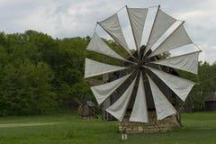 Molino de viento viejo Sibiu Rumania Foto de archivo
