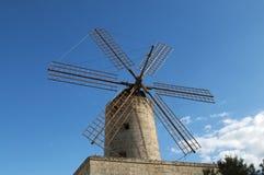 Molino de viento viejo típico en Malta fotografía de archivo libre de regalías
