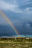 Molino de viento y arco iris viejos de la granja Foto de archivo libre de regalías