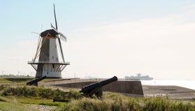Molino de viento y canones en Holanda Foto de archivo libre de regalías