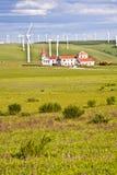 Molino de viento y casa en el prado fotografía de archivo libre de regalías