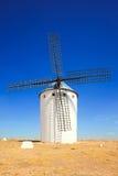 Molino de viento y cielo azul. Alcazar de San Juan, La Mancha, S del Castile Imagen de archivo