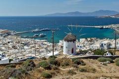 Molino de viento y ciudad blancos de Mykonos, la isla de Mykonos, Cícladas Foto de archivo libre de regalías