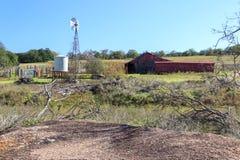 Molino de viento y el granero Foto de archivo libre de regalías