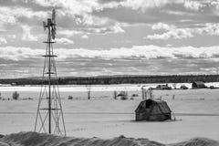 Molino de viento y granero Imagen de archivo libre de regalías