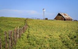 Molino de viento y granero de la cerca Fotografía de archivo