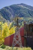Molino de viento y granero del país Imagen de archivo