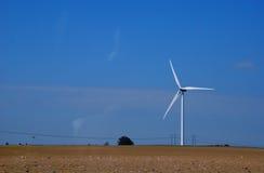 Molino de viento y línea eléctrica Foto de archivo libre de regalías