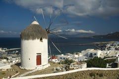 Molino de viento y puerto Mykonos Imagen de archivo libre de regalías