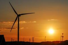 Molino de viento y puesta del sol Fotos de archivo libres de regalías