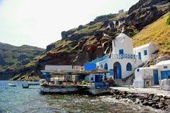 Molino de viento y terrece en Santorini, Grecia Fotografía de archivo libre de regalías