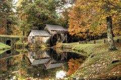 Molino del grano para moler en otoño fotos de archivo