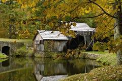 Molino del grano para moler en otoño imágenes de archivo libres de regalías
